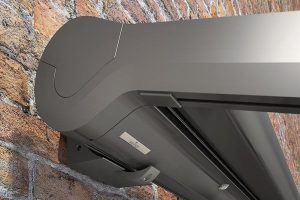 Die rundum geschlossene und robuste Markisen-Kassette bewahrt das Tuch und die technische Ausstattung sicher vor der Witterung.